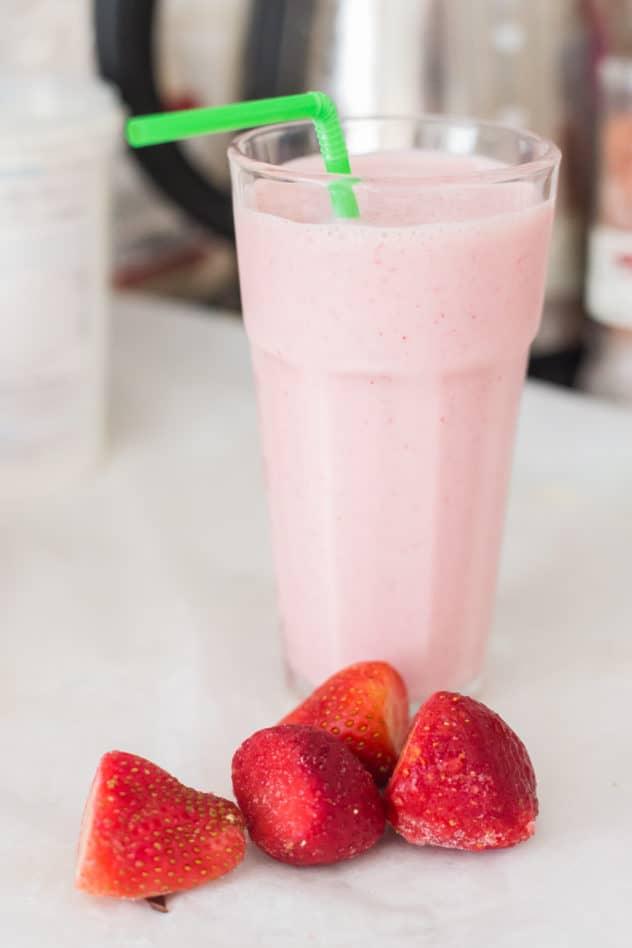 keto strawberry smoothie, keto strawberry smoothie with yogurt, keto strawberry smoothie with greek yogurt, keto smoothie recipe, low carb strawberry smoothie,